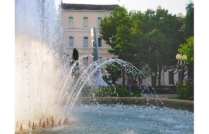 Place du Général de Gaulle et son Jardin d'enfants 3 - Salon-de-Provence
